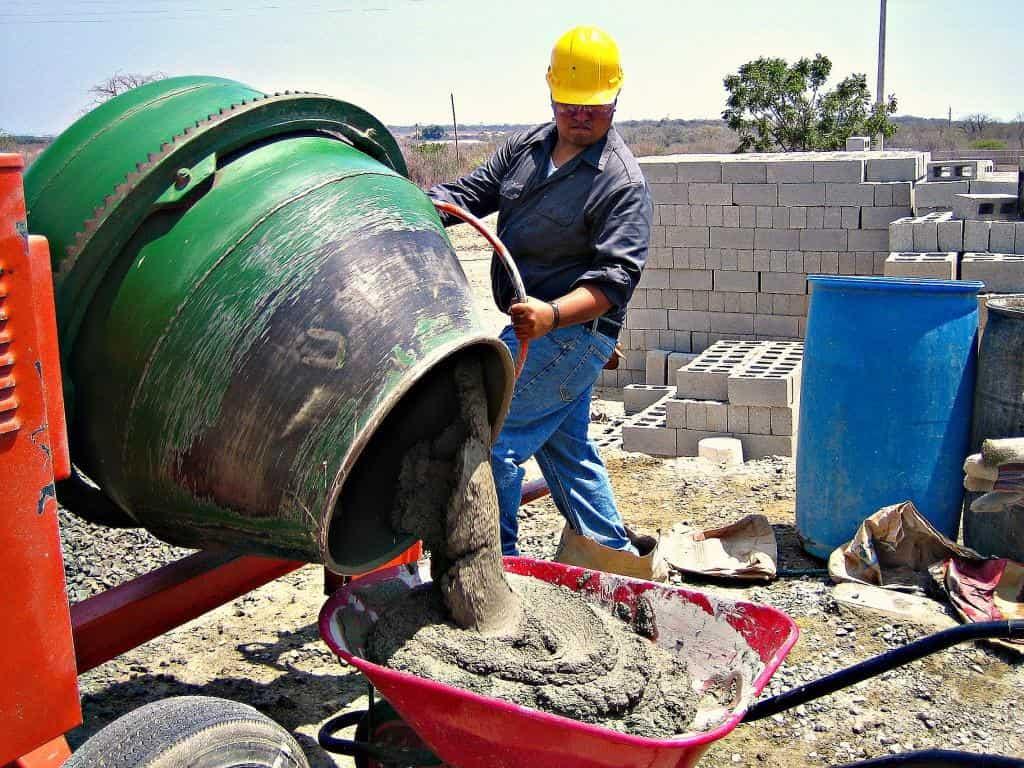 Как перемешивать бетон с помощью бетономешалки
